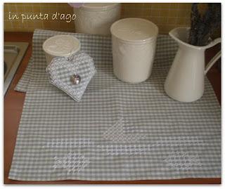 http://silviainpuntadago.blogspot.com/2011/08/un-ricamo-che-sa-di-mare-su-uno.html