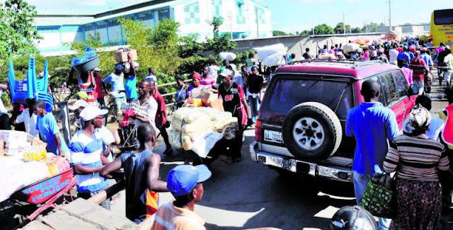 Dajabón.- En esta zona fronteriza es evidente la falta de trato con el ser humano. Muchos haitianos son sometidos a todo tipo de vejámenes: desde palabras obscenas alusivas a su color de piel hasta empujones, sin importar que sea un niño o una mujer embarazada.