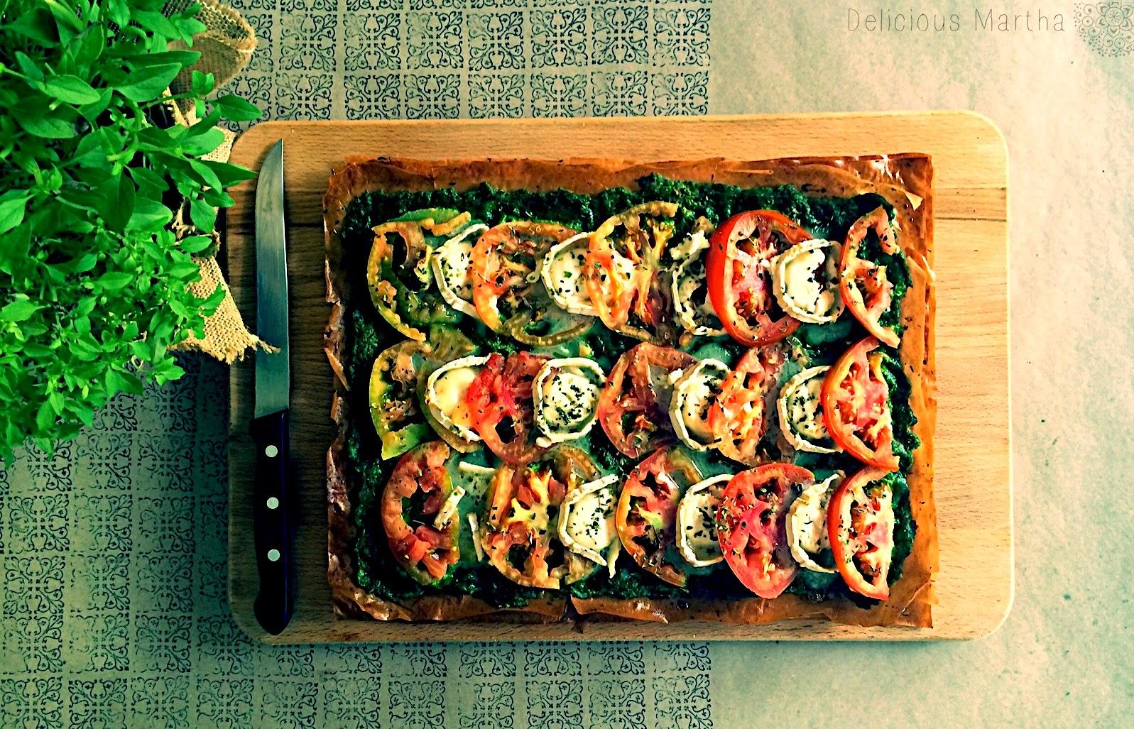 Pizza crujiente y extrafina de queso de cabra y tomillo con pesto de espinacas