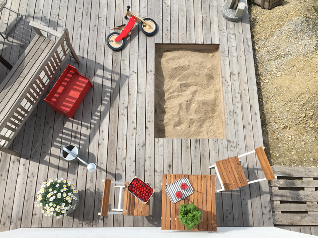 Sommerterrasse mit Sandkasten