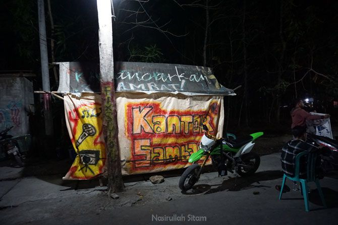Angkringan di sudut jalan desa Jarum bernama Kantor Sambat