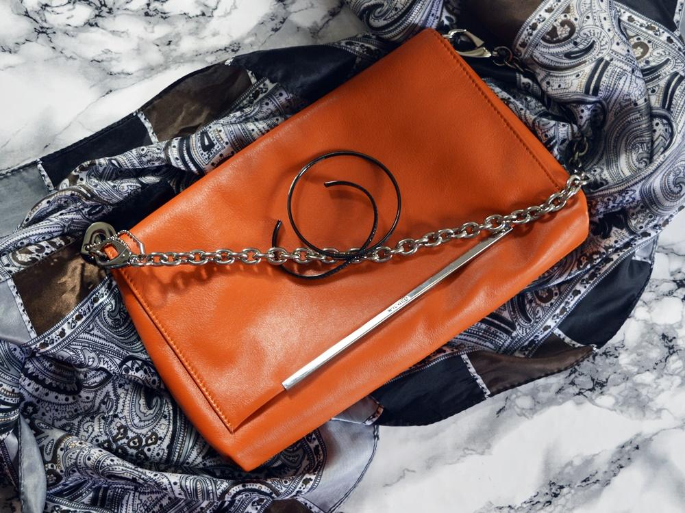 Tasche Lucy in der Farbe Papaya mit Accessoires