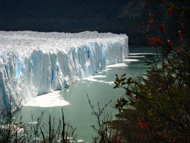 Las huellas de pequeños desprendimientos del glaciar Perito Moreno, en el Lago Argentino