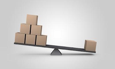 balanca-em-desequilibrio-com-caixas