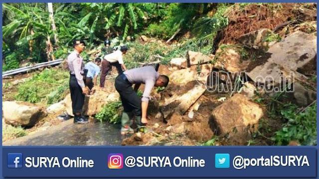 Satu Keluarga Tertimbun Longsor saat Melintas di Bawah Tebing