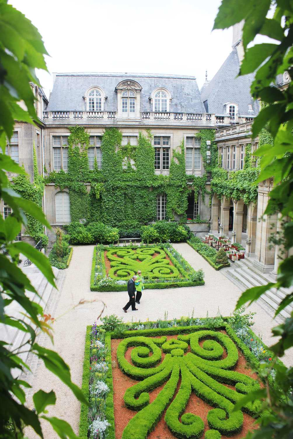A Library Of Design The Secret Gardens Of Paris
