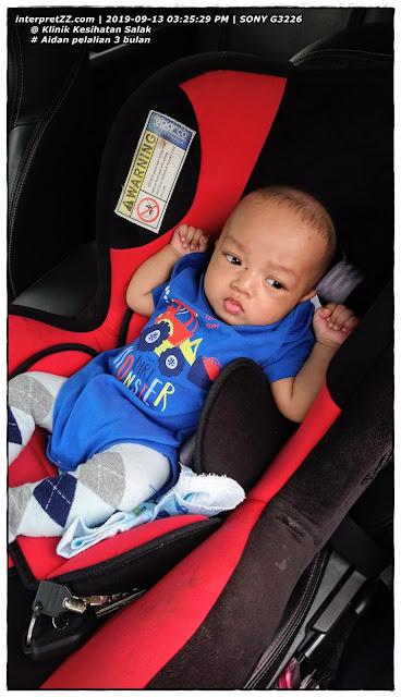 gambar bayi lelaki 3 bulan duduk dalam car seat bayi
