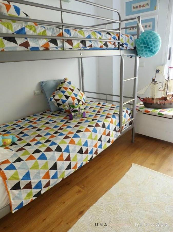 dormitorio niños con literas y textiles de ikea. Suelo vinílico tarkett con sistema click de Leroy Merlin