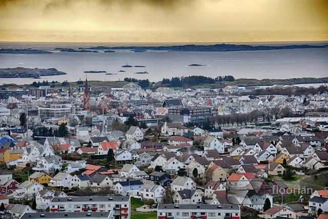 Panorama miasta Haugesund na tle Morza Północnego ze szczytu Vardafjellet