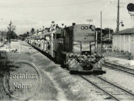 Antigo trem suburbano da RFFSA passa com os