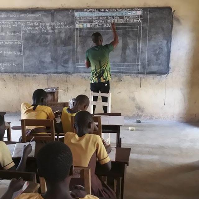 Um post no Facebook, veremos abaixo,  feito por um professor de Gana viralizou na internet e emocionou milhares de pessoas. A escassez de recursos não foi desculpa para que ele não ensinasse TCI (Tecnologia de Comunicação e Informação) aos seus alunos. Sem computador, ele ensina tudo na lousa!