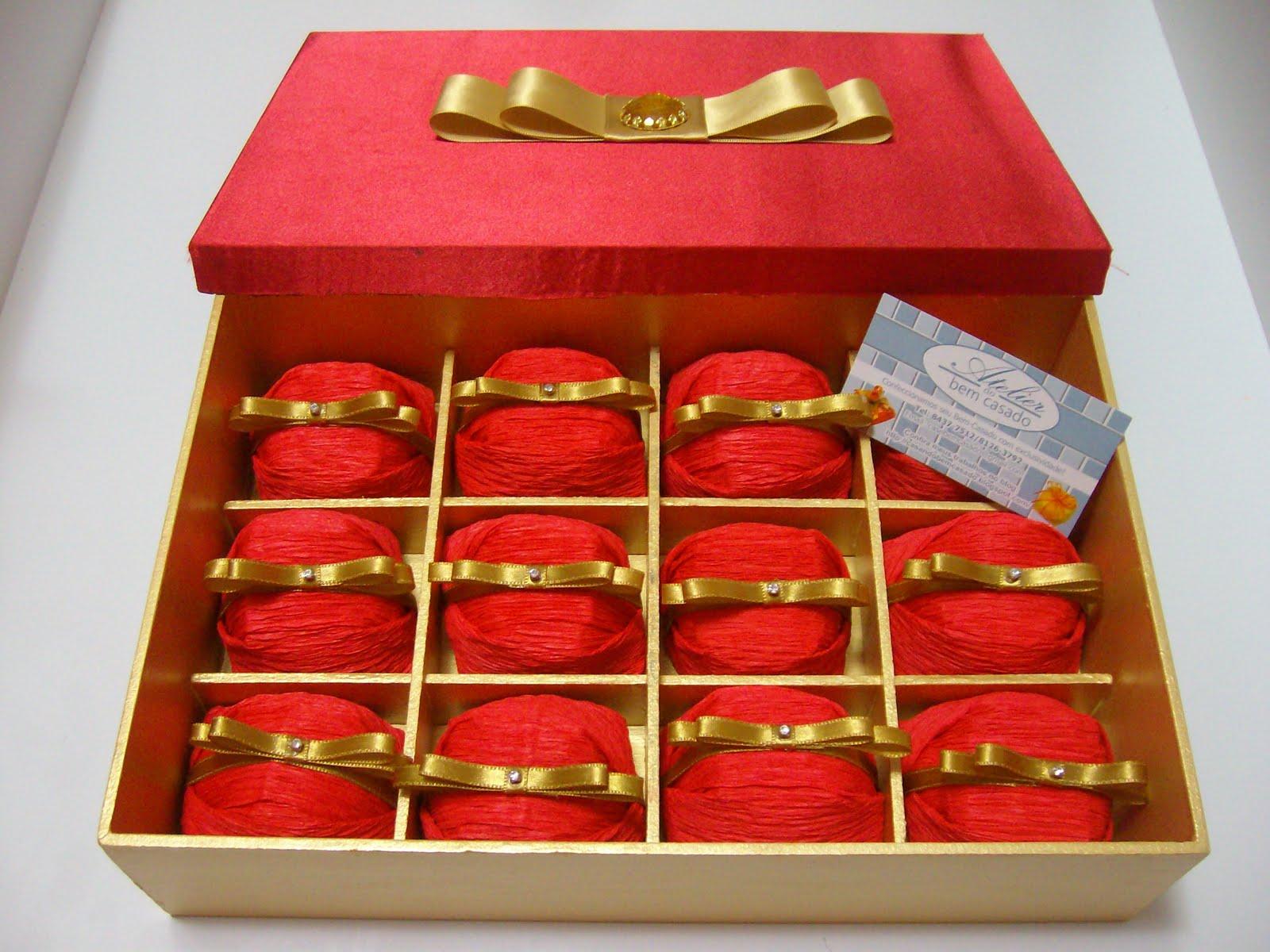 9f867edf5 Essa linda caixa em mdf com espaço para 12 Bem Casados pintada com tinta  nobre dourada e revestida em cetim vermelho, laço channel duplo e pedra  dourada ao ...