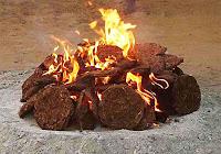 Tezeklerle yanan bir ateş