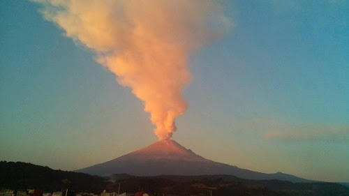 Mexico_Popocatepetl_volcano_erupts