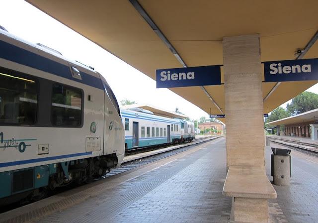 Trem na estação Siena na Itália