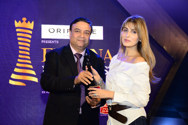 Sunil Kapoor, GM, Marketing, KRBL presenting the award to Riddhima Kapoor Sahni at Femina Power List North 2017
