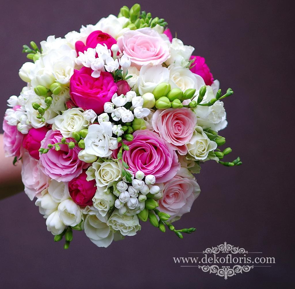 Różowy bukiet ślubny frezje i róże