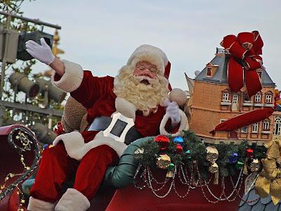 zamerykanizowany Święty Mikołaj na saniach z workami prezentów