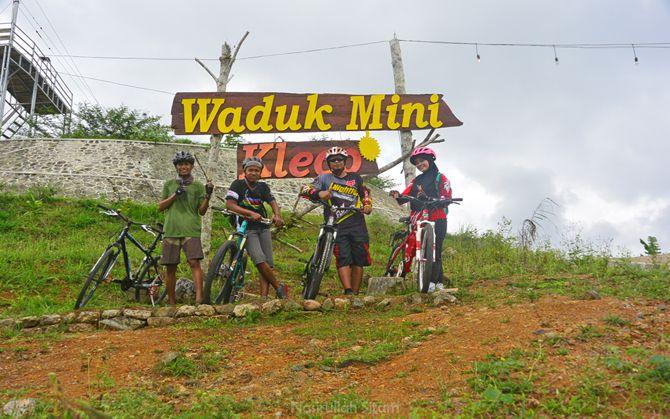 Foto bareng ditulisan waduk mini Kleco, Kulon Progo