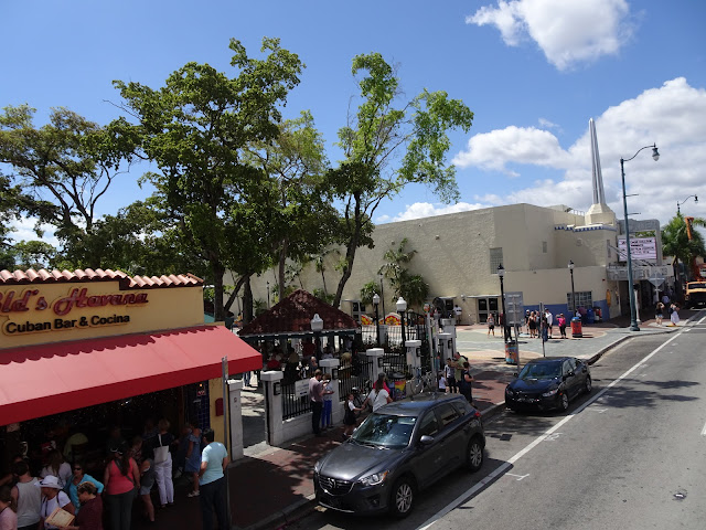 Calle 8 la arteria principal de este barrio cubano