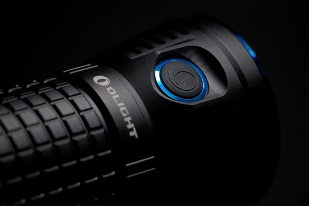 Przycisk włączania i zmiany trybów w latarce Olight X7 Marauder