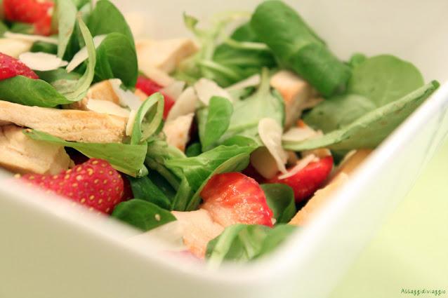 Insalata di spinacini, fragole e pollo