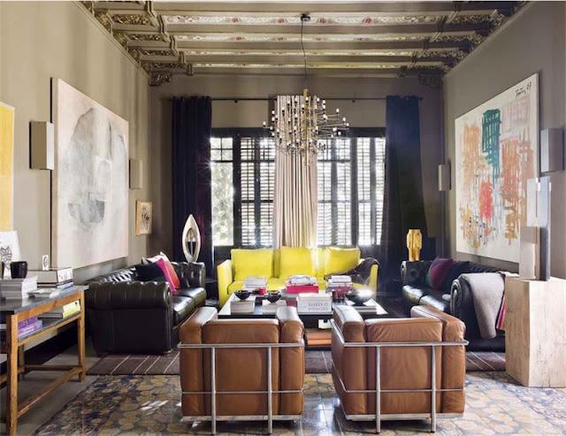 salon con sofas chester y dos grandes lienzos chicanddeco