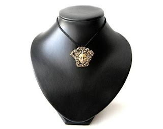 una pieza de joyeria griega del gorgoneion para proteccion