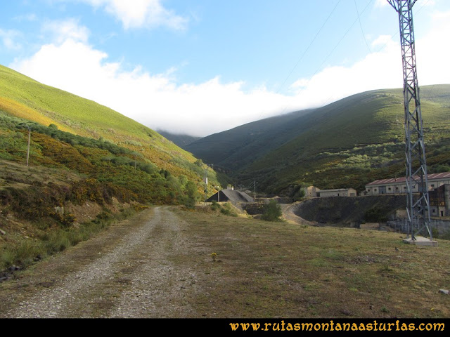Ruta Pico Cellón: Camino entre las instalaciones mineras