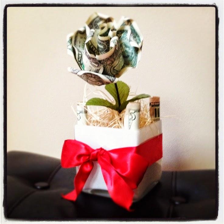 Regalar dinero en forma de flor con una maceta