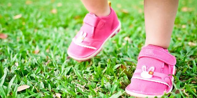 Tips Memilih Sepatu Pertama untuk Anak Anda