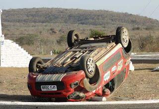 Carro capota em acidente na Praça do Meio do Mundo no interior da Paraíba