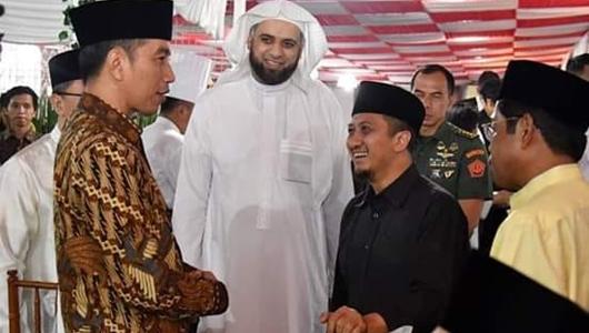 Jokowi Minta Relawan Ganti Salam Satu Jari Menjadi Salam Satu Jempol