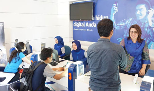 Vice President (VP) North Region XL Axiata, Desy Sari Dewi melayani pelanggan secara langsung di XL Center Makassar (4/9).