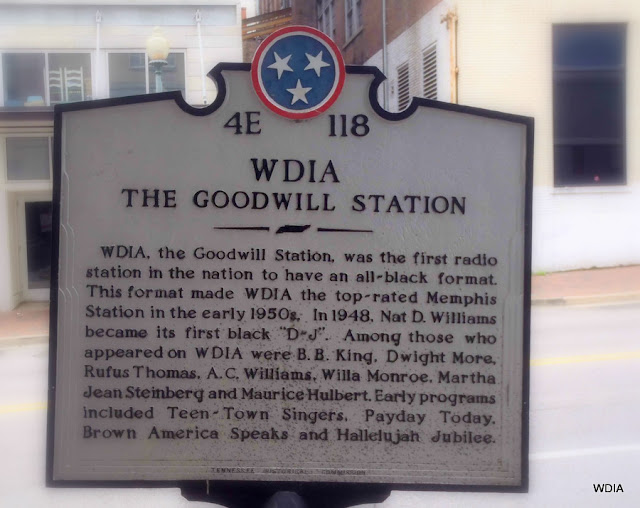 Placa do Patrimônio Histórico do Tenesi assinala o local dos estúdios da rádio de música negra WIDIA, em Memphis