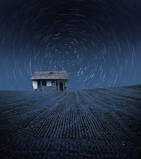 Fotografía de paisaje azul y blanco cabaña en la noche