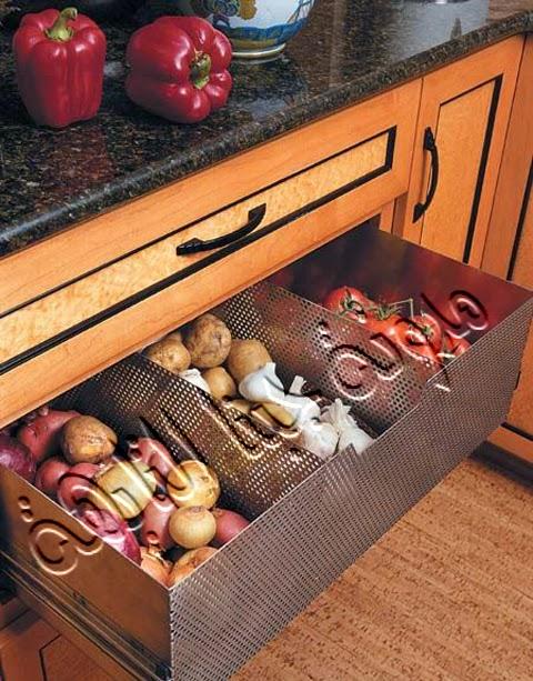 تم تصميم أدراج المطبخ بها (معدنية بها ثقوب تسمح بمرور الهواء).مما يساعد على الحفاظ على البصل والطماطم والبطاطس من التلف وفى نفس الوقت يخفيها عن أعين من يدخل مطبخك فلا تفسد شكله الجميل