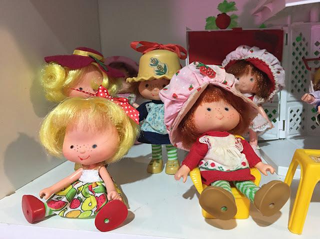Bonecas da coleção Moranguinho com a casinha de Jardim
