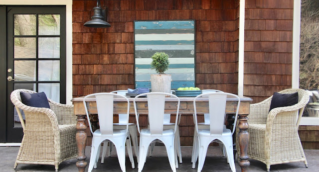 Outdoor dining. Cozy cottage style with black and white in a lake house byy Sweet Savannah. Modern farmhouse meets coastal cottage style! #cottagestyle #modernfarmhouse #interiordesign #rusticdecor #coastalcottage