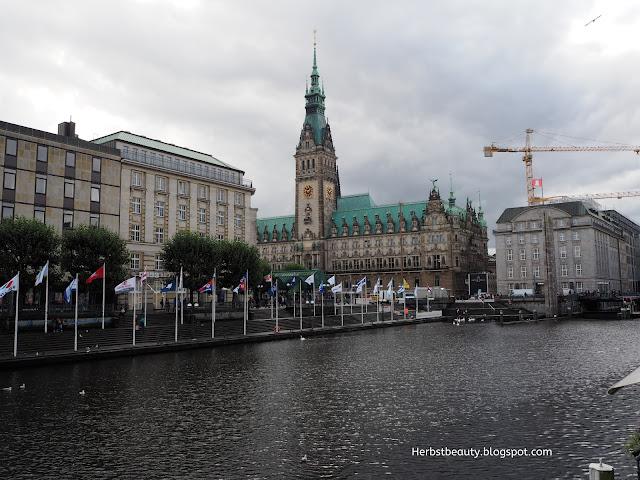Hamburger Rathaus und Alster