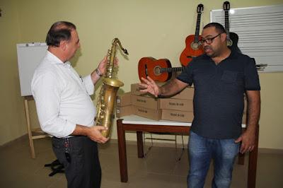 Prefeito Gilson Fantin entrega novos instrumentos musicais para o Centro de Formação Artística em Registro-SP