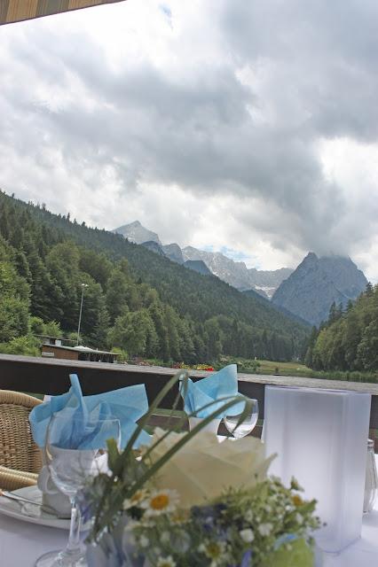 Hochzeitsempfang - Sommerliche Vintage-Hochzeit in Himmelblau und Weiß im Riessersee Hotel Garmisch-Partenkirchen - blue white vintage wedding in Bavaria - #Riessersee #Garmisch #Hochzeitshotel #Bayern #wedding venue #Bavaria #Vintage #Himmelblau