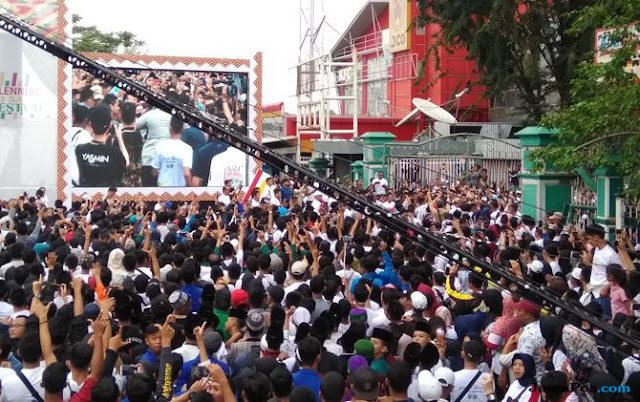 Warga Acungkan Dua Jari Saat Diminta Jokowi Tunjuk Tangan