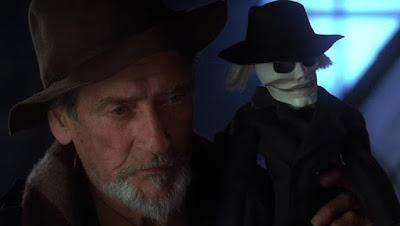 Guy Rolfe dans PUPPET MASTER 3 avec une marionnette tueuse