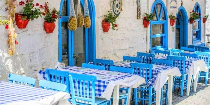 Mangiare cibo greco in taverna