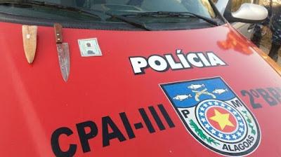 Um homem foi preso suspeito de matar a própria mãe a facadas na zona rural do município de São José da Laje, no interior de Alagoas, na noite de sexta-feira (28). De acordo com a polícia, o suspeito, que não teve a identidade divulgada, foi preso em flagrante.  O caso foi registrado no povoado Calderões, na zona rural. De acordo com o 2º Batalhão de Polícia Militar (BPM), que atendeu à ocorrência após denúncias de vizinhos da casa onde ocorreu o crime, o homem foi preso já na entrada da cidade. A motivação do crime é desconhecida.  A arma do crime, uma faca peixeira, foi apreendida ainda suja de sangue. Ela e o homem preso foram levados para a Delegacia de União dos Palmares.  A vítima também não teve a identidade divulgada. O Instituto Médico Legal (IML) e o Instituto de Criminalística (IC) estiveram no local para os procedimentos devidos.