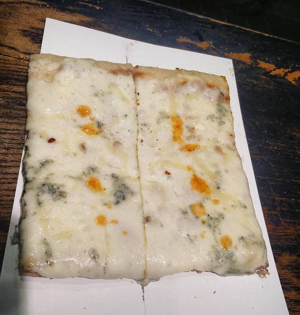 פיצה לבנה (ללא רוטב עגבניות) עם 4 סוגי גבינות (מוצרלה, פרמז'ן, מוצרלה טריה ורוקפור)