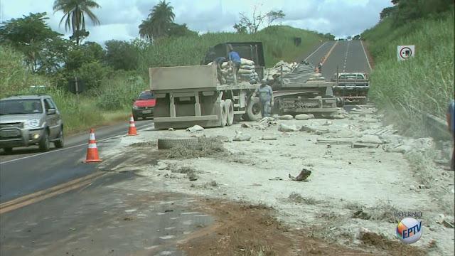Caminhão com cimento e carro bateram na Rodovia Ronan Rocha entre Itirapuã e Capetinga (Foto: José Augusto Júnior/EPTV)