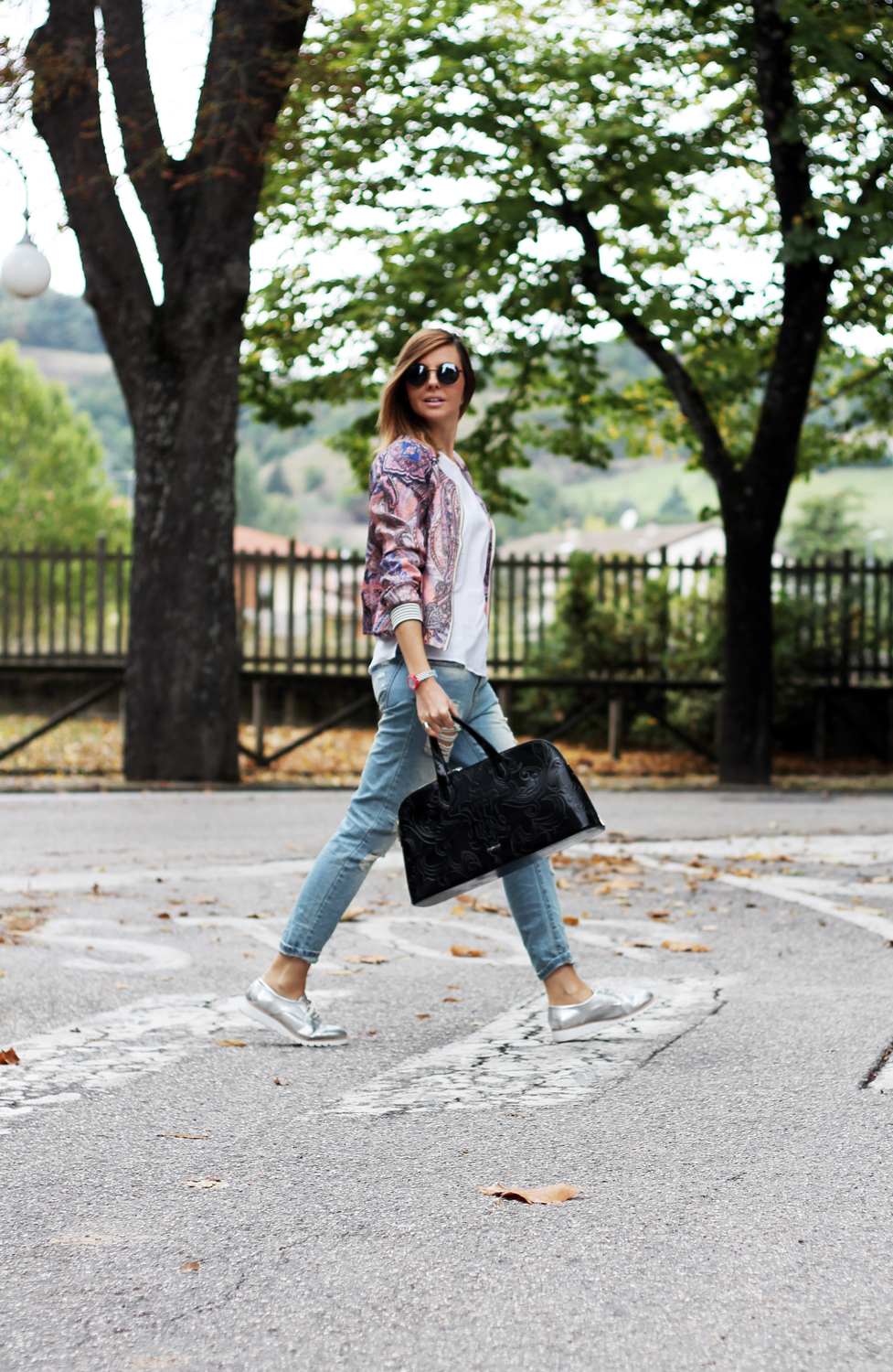 1-look-autunnale-con-bomber-stampato-stringate-jeans
