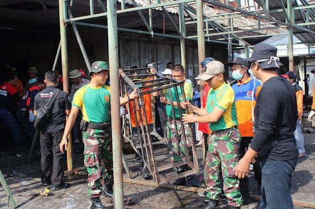 Anggota Yonif MR 413 Kostrad Bersihkan Pasar Legi Solo Pasca Kebakaran